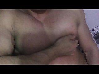 gay asiatique bodybuilder mamelon frotter et la traite auto lactation