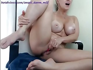 Stunning milf masturbating and squirting on masturbachat com