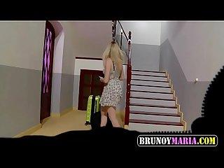 Adolescente inglsa se folla a un turista en el portal de Su apartamento