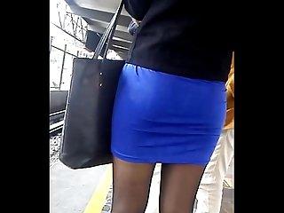 Hermosa chica con pantimedias negras falda y tacones en el metro 2