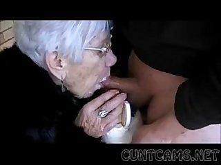 Oma saugt jungen Schwanz